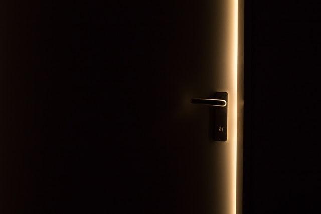 Pootvorené dvere, cez ktoré preniká svetlo