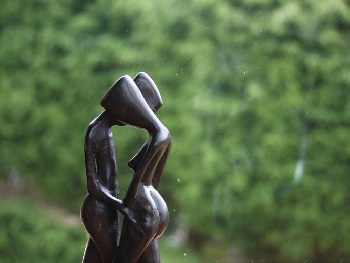 Bronzová socha bozkávajúcich sa postáv.jpg