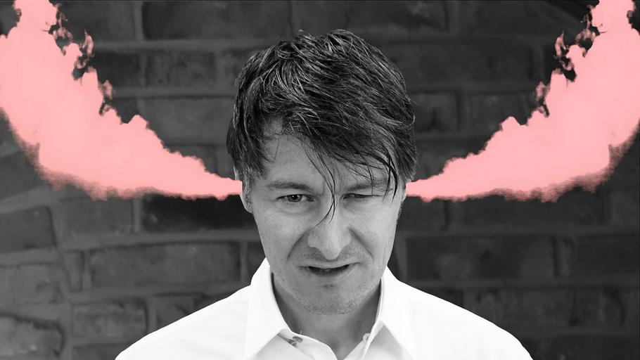 Čiernobiela fotka muža, ružová para z uší, vzrušenie