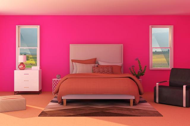 Ružová spálňa s manželskou s posteľou, ktorá je prikrytá oranžovou dekou.jpg