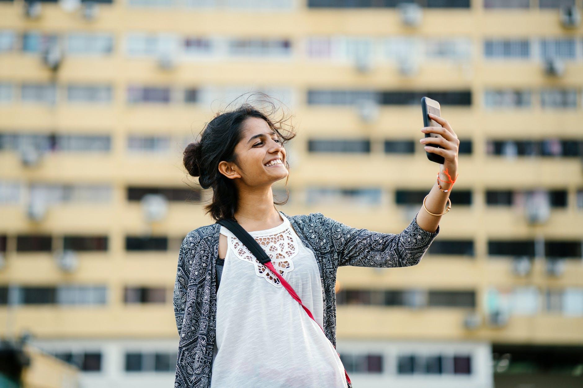 selfie, žena s mobilom
